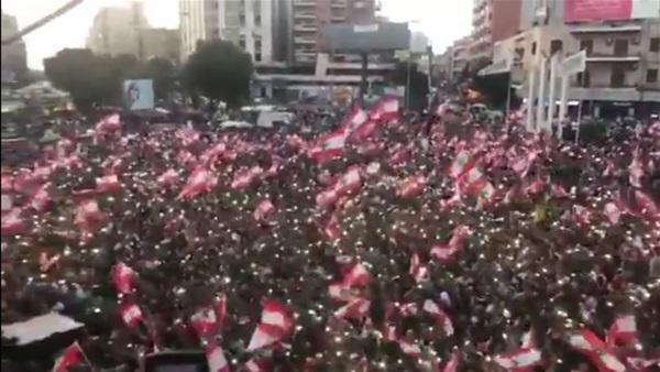 بالفيديو  .. على أغنية موطني لـ إليسا ..  الآلاف يتظاهرون في عاصمة لبنان