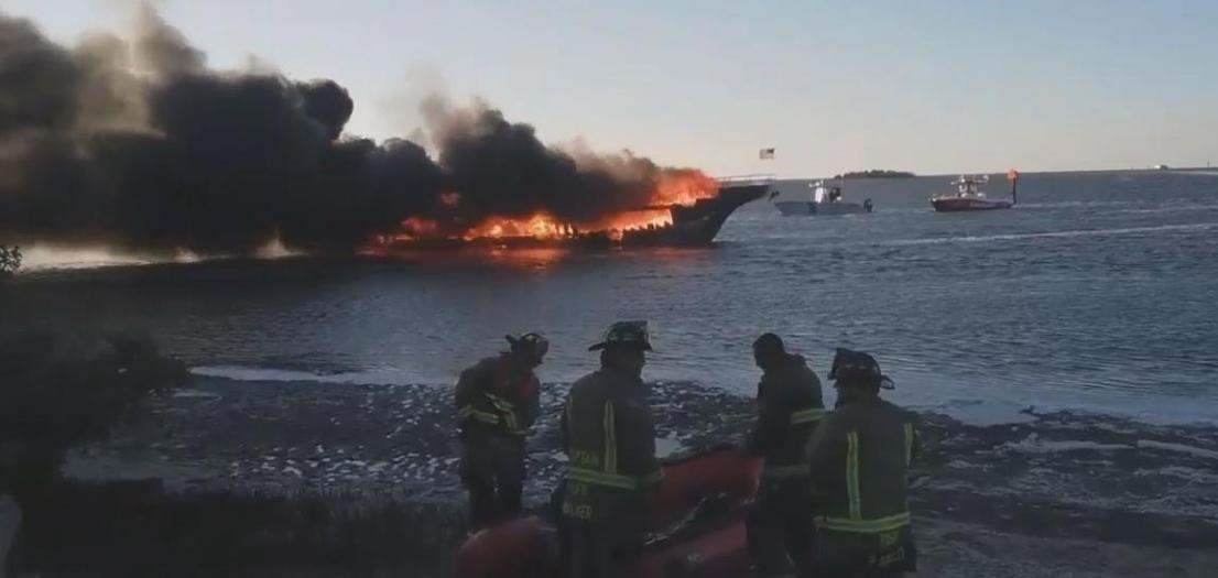 """مصرع امرأة وإصابة 15 إثر حريق ضخم بـ""""كازينو عائم"""" في أمريكا"""