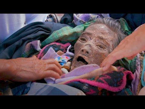 بالفيديو ..  أسرة إندونيسية تعيش مع جثة جد لمدة 12 عاماً ..  والسبب غريب جداً!