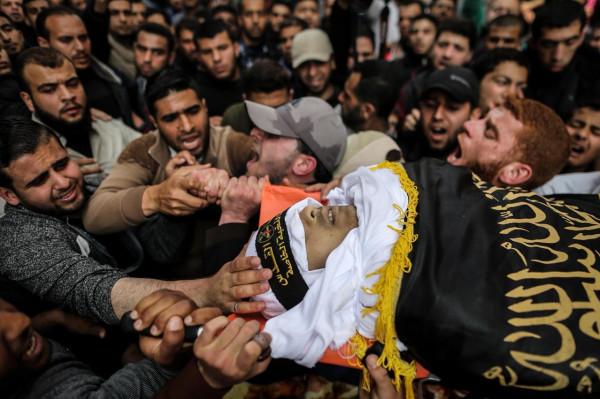 بالصور ..  جماهير غزة تُشيّع جثمان الشهيد جهاد منير حرارة