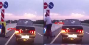 فيديو.. رجل أوقف سيارته وبدأ يصلي على الطريق السريع!
