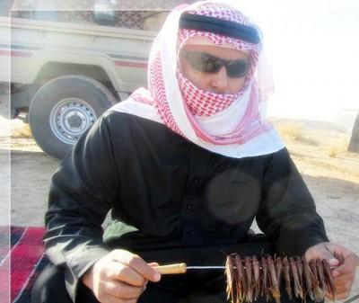 """بالصور : السعوديون يواجهون هجوم الجراد بـ """" أكله """""""