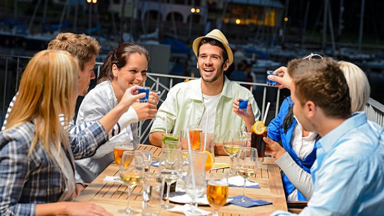شر البلية ما يضحك  .. دراسة: شرب الكحول يساعد على التحدث بلغة أجنبية!