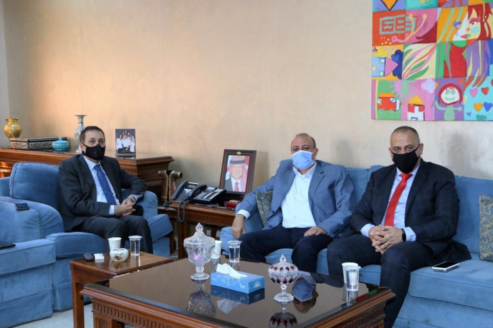 النعيمي يشكر عمان الاهلية لتخصيصها منح لابناء المعلمين