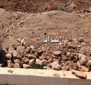 """بالصور .. طبربور : اعتداء على حرمة الاموات و تغطية القبور """"بالطمم"""" في مقبرة ( ابو عليا)"""