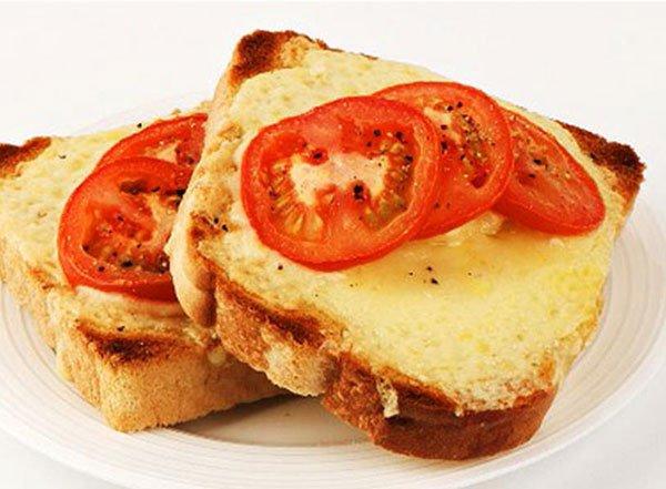 شرائح التوست بالجبنة والطماطم المشوية الخفيفة