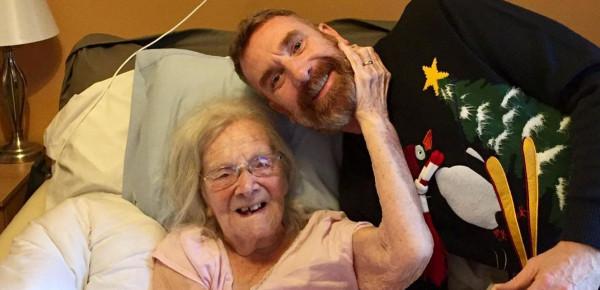 قصة مؤثرة لمسنة نجت من وباء فتك بـ 50 مليون شخص ليقتلها (كورونا)