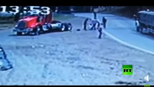 بالفيديو :سائق دراجة نارية يقدم على مغامرة مجنونة مع شاحنة