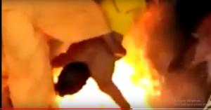 """بالفيديو  ..  لحظة حرق رجل مُعاق """"حياً"""" من قبل مجموعة مشعوذين"""