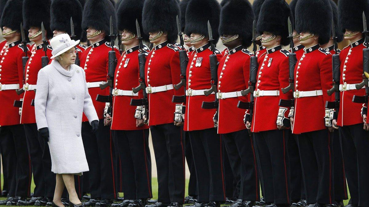 اعتقال أحد حراس ملكة بريطانيا وبحوزته 9 حقائب مخدرات