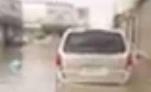 بالفيديو: أمطار السعودية  ..  المركبات تسبح وسط أمواج المياه واحتجاز سيارات وتعطل الحركة المرورية