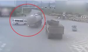 فيديو:شاحنة تسحق سيارة إسعاف كانت في طريقها لإنقاذ حياة شخص!