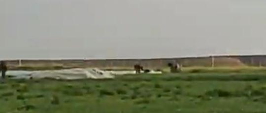 """بالفيديو  ..  """"معركة"""" شرسة بين شبان فلسطينيين و """"جرافة صهيونية"""" حاولت التنكيل بجثة شهيد"""