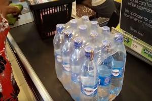 بالفيديو ..  خطورة عبوات المياه المعدنية على صحتك