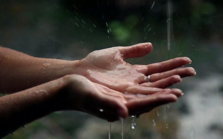 """تفسير حلم """" الدعاء تحت المطر"""" في المنام"""