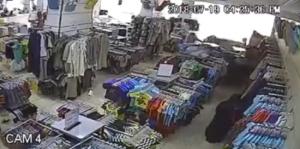 بالفيديو  ..  سيدة تداهم محل ملابس بسيارتها و تدهس احد العمال