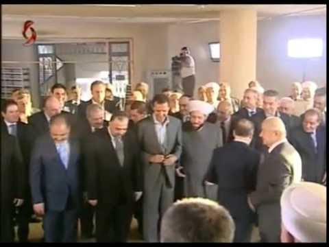 """بالفيديو  ..  """"لأول مرة """"الأسد يصلي في مدينة داريا رمز الانتفاضة ضده"""