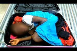 بالفيديو ..  تغريم لاجئ عاجي حاول تهريب ابنه لأوروبا في حقيبة سفر