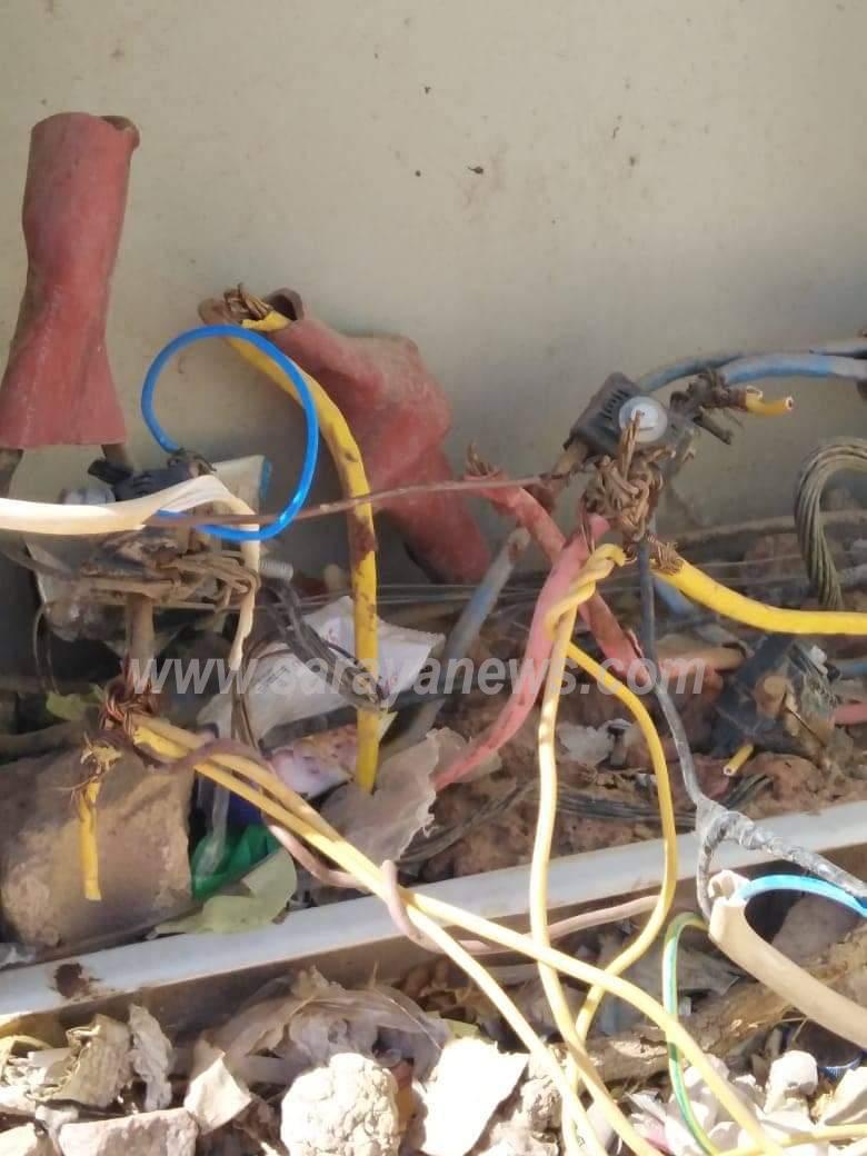 بالصور والفيديو  ..  شبكة الكهرباء الأرضية بمنطقة رم تهدد حياة السكان وسلطة العقبة تتجاهل