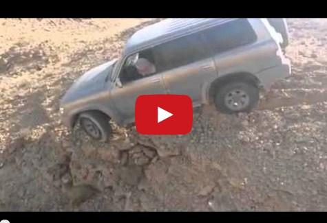 بالفيديو.. سعودي يُغامر بحياته لإنقاذ سيارة على حافة الهاوية