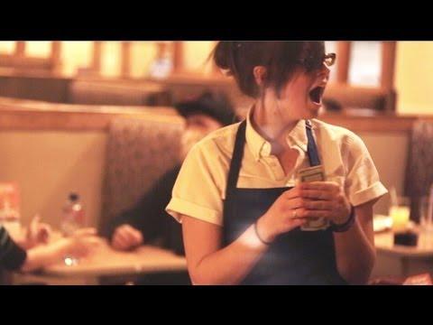 بالفيديو – شاب يعطي بقشيش 200 دولار لعاملة مطعم ويصور ردة فعلها