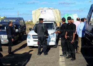 شرطي يشهر سلاحه بوجه ضابط ضبطه يهرب سلع ببورسعيد ويصرخ «عايز آكل عيش»