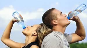 6 اسباب تدفعك لبدء يومك بكوب ماء