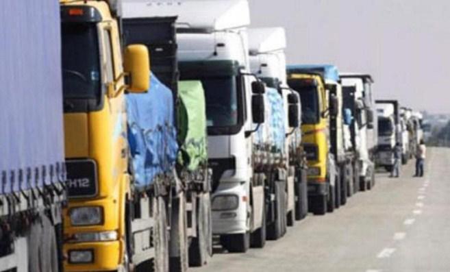 الشاحنات على طريقي وادي شعيب والعارضة تهدد السلامة