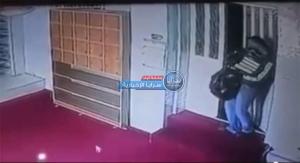 لص يسرق مراوح مسجد في وضح النهار بمصر