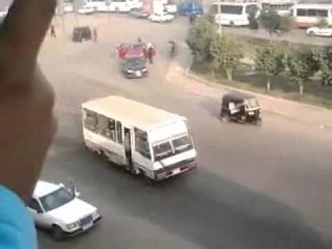 مسلحون يسرقون سائقي السيارات في شبرا نهارا ''عيني عينك'' ..  فيديو