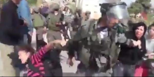 بالفيديو .. الاحتلال يعتدي بالضرب على سيدة وينزع حجابها