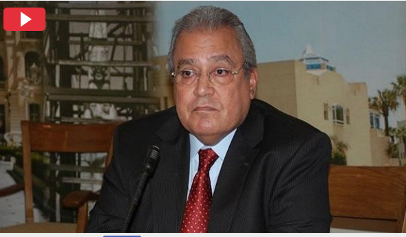 بالفيديو ..  لحظة إصابة وزير مصري أسبق بجلطة على الهواء مباشرة