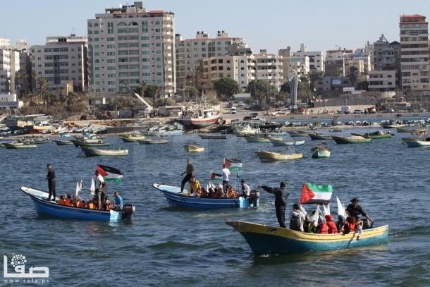 بالصور : اطفال غزة يطلقون قواربهم في البحر لرفع الحصار عنهم