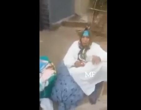 فيديو مؤلم .. انصياعاً لأمر زوجته : شاب يطرد والدته و يلقي بها في الشارع بجانب القمامة