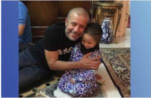 شريف منير يصلي مع حفيدته بعد عودته من الحج