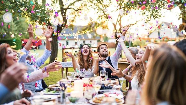 بدون قاعة ..  أفكار الديكور لعمل حفل الزفاف في المنزل