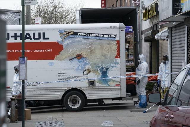 كشفتها الرائحة ..  العثور على 50 جثة في شاحنة أمريكية  .. صور