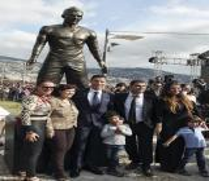 متحف مدريد الشمعي يصنع تمثالاً لرأس كريستيانو رونالدو.. شاهد