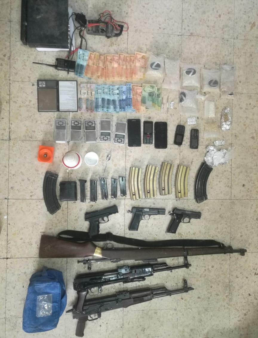 القبض على 3 مطلوبين بحوزتهم مواد مخدرة واسلحة نارية في الزرقاء