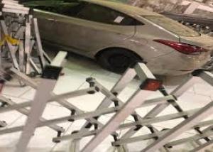 سيارة تقتحم ساحات الحرم المكي وتصطدم بإحدى البوابات (فيديو)