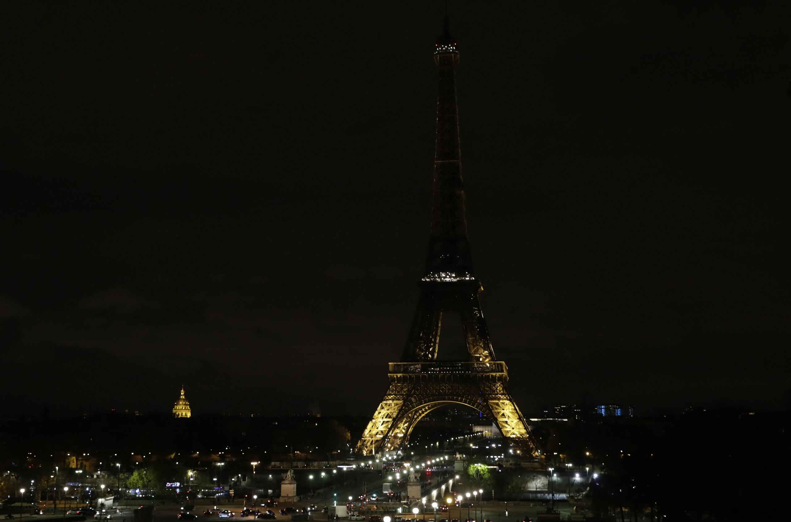 بالصور  ..   لماذا أطفأت فرنسا أضواء برج ايفل يوم أمس