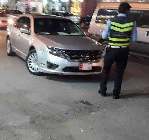 بالصور .. شرطي سير يحرر مخالفة لسيارة نائب ركنها في وسط الشارع بطبربور