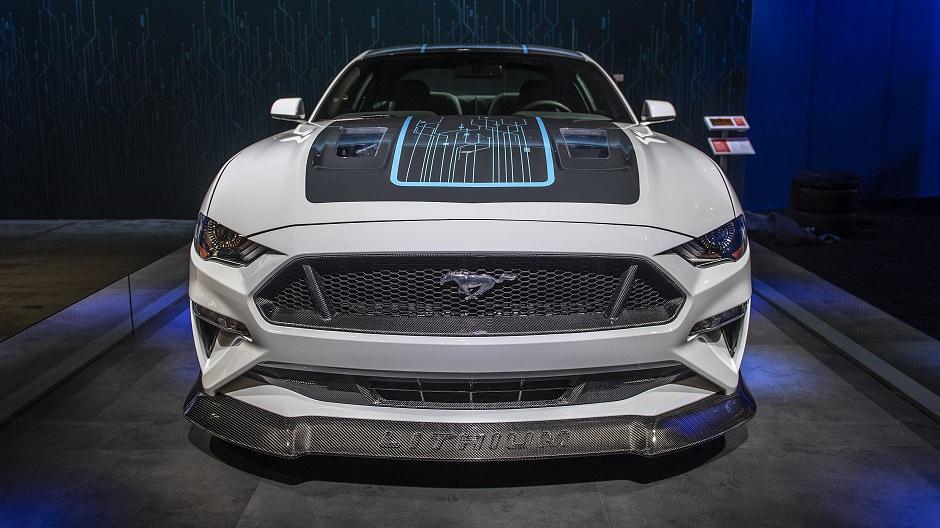بالصور  ..  قوة سيارة فورد موستنج كهربائية مع قير عادي يصعب تصديقها