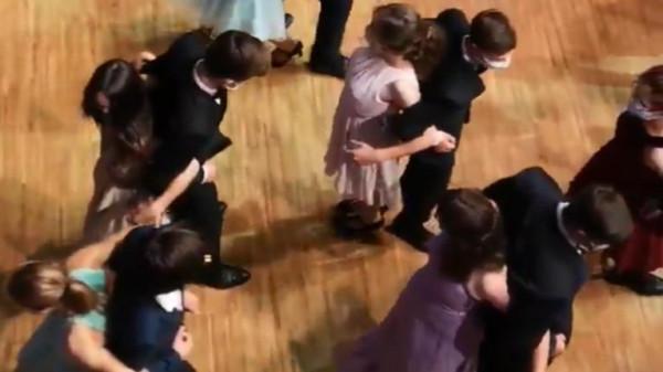 """فيديو غريب لطلاب يرقصون يثير غضبا على """"تويتر"""" بشأن """"إجراءات (كوفيد-19)"""""""