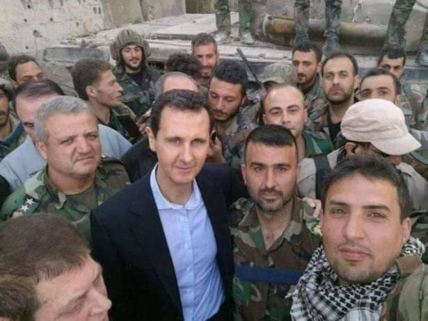 """بالفيديو ..  لحظة وصول """"الأسد """"الى الغوطة الشرقية وصعوده إحدى الدبابات"""