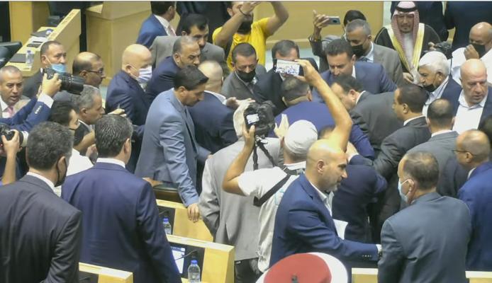 جدل بين النائب عماد العدوان ورئيس الوزراء قبيل بدء جلسة النواب الأولى في الدورة الاستثنائية