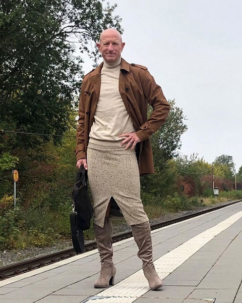 أمريكي يقدم على خطوة غريبة باختيار ملابسه!! .. صور