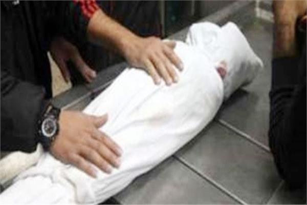 وفاة حدث من جنسية عربية إثر ارتطام رأسه بمركبة أثناء إخراج رأسه من مركبة أخرى كان يركبها