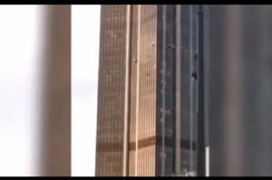 """بالفيديو ..  """"سبايدرمان"""" يتسلق أعلى ناطحة سحاب في باريس"""