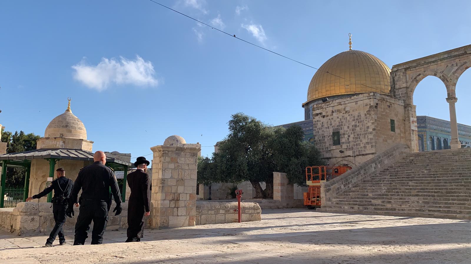 """الاحتلال يقتحم باحات """"الأقصى"""" ويعتقل أحد حراسه"""